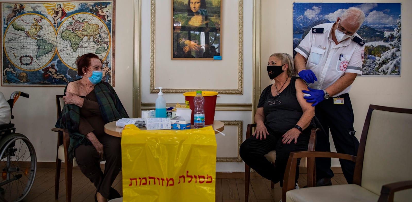 ישראלים מתחסנים לקורונה. שיעור המאומתים בשיא / צילום: Associated Press, Oded Balilt