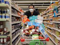 """קניות בסופרמרקט יוחננוף בת""""א בצל נגיף הקורונה / צילום: כדיה לוי"""