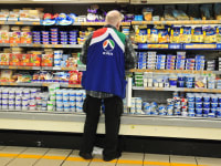 סופרמרקט- סדרן חברת תנובה - במקרר של מוצרי חלב / צילום: תמר מצפי