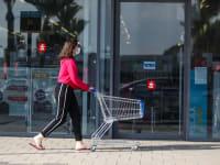 לקוחה בביג בפרדס חנה, לאחר פתיחת מרכזי הקניות הפתוחים / צילום: שלומי יוסף