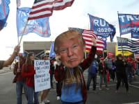 """הפגנה נגד """"גניבת הבחירות"""" ותמיכה בנשיא טראמפ באריזונה, השבוע / צילום: Associated Press, John Minchillo"""