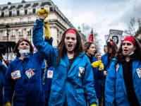 נשים מוחות נגד רפורמת הפנסיה בצרפת, בהפגנה בפריז במרץ האחרון / צילום: Reuters, Benjamin Mengelle