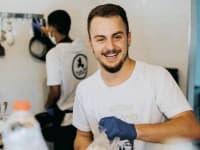 """אביאל צוריה, בן 26, בעלים משותף של מסעדת """"חומוס אברהם"""" בבאר שבע / צילום: עדן זמר"""