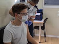 """צעיר מתחסן נגד הקורונה / צילום: דוברות מד""""א"""