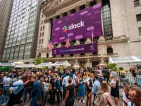 עובדי סלאק מצטלמים עם העוברים ושבים מחוץ לבורסת ניו יורק ביום ההנפקה ביוני 2019 / צילום: Shutterstock