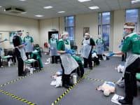 מתנדבים מתאמנים לקראת מבצע החיסון, בדרבי. החיסונים יחלו בשבוע הבא / צילום: Reuters, Lee Smith