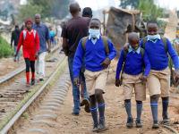 תלמידים בדרך לבית הספר בניירובי, קניה בחודש אוקטובר / צילום: Reuters, THOMAS MUKOYA