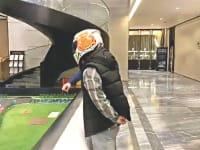 """גברים חובשים קסדות במשרדי שיווק של נדל""""ן / צילום: מתוך סרטונים ברשת"""