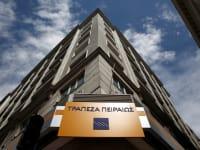 סניף של בנק פיראוס ביוון. הבנק ביצע המרה כפויה של מוצרים הוניים למניותיו / צילום: Reuters, Yorgos Karahalis