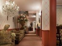 """הלובי במלון אליוט. ספות, שנדלירים וחפצי חן שלוקטו במיוחד ברחבי אירופה / צילום: יח""""צ מלון אליוט"""