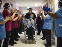 מרגרט קינן הבריטית זוכה  למחיאות כפיים מהצוות הרפואי, אחרי שהייתה הראשונה בבריטניה לקבל את החיסון של פייזר לקורונה / צילום: Associated Press, Jacob King