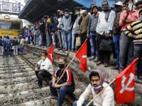 חקלאים בהודו חוסמים מסילת רכבת / צילום: Bikas Das