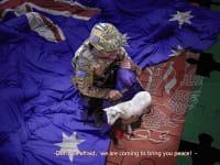 הצילום המזויף שדובר משרד החוץ הסיני העלה בטוויטר הרשמי שלו: חייל אוסטרלי עם סכין על צווארו של ילד אפגאני, האוחז טלה / צילום: מתוך חשבון הטוויטר של דובר משרד החוץ הסיני