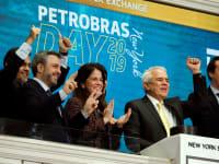 ראשי פטרובראס, חברת הנפט הלאומית של ברזיל, חוגגים בבורסת ניו יורק. דוגמה קלאסית לניהול כושל של חברה ממשלתית בשוק מתפתח / צילום: Associated Press, Richard Drew