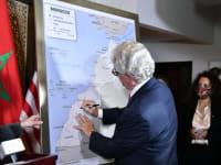 """שגריר ארה""""ב במרוקו חותם על המפה החדשה שבה סהרה המערבית מסופחת למרוקו / צילום: Moroccan  Diplomacy"""