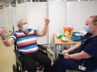 הנרי ווקס  בן ה־98 מקבל חיסון של  פייזר־ביונטק בשבוע שעבר בבריסטול, בריטניה / צילום: Associated Press, Graeme Robertson