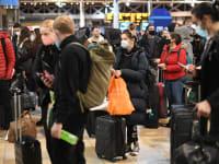 תחנת הרכבת פדינגטון בלונדון עמוסה בנוסעים שמנסים לברוח מעיר הבירה / צילום: Reuters, Stefan Rousseau