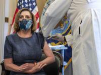 מנהיגת הרוב הדמוקרטי בבית הנבחרים, ננסי פלוסי, מתחסנת נגד קורונה, שישי / צילום: Associated Press, Ken Cedeno