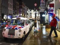 נהג מונית בלונדון אתמול. ההגבלות החדשות ימנעו את חגיגות חג המולד / צילום: Associated Press, Alberto Pezzali