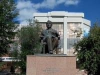 פסל של ההיסטוריון לב גומליוב. דימה עליית עמים ושקיעתם, לנעורים וזִקנה / צילום: מתוך ויקיפדיה