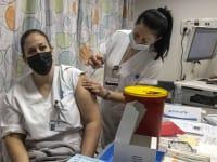 """חיסון הצוות הרפואי בביה""""ח ברזילי לקורונה / צילום: Associated Press, Tsafrir Abayov"""