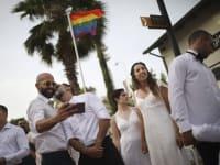 חתונה חד מינית המונית של צעירים שדורשים את הזכות להתחתן / צילום: Associated Press, Oded Balilty