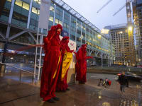 מפגינים בהאג נגד חברת הנפט Shell בדרישה לרסן את פליטת הפחמן / צילום: Associated Press, Peter Dejong