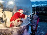 סנטה קלאוס פוגש ילדים בעת כשהוא יושב בבועת מגן בדנמרק / צילום: Reuters, Ritzau Scanpix/Henning Bagger