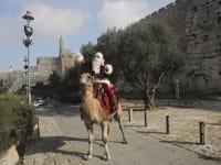 עיסא אניס קסיסיה מחופש לסנטה קלאוס בירושלים העתיקה / צילום: Associated Press, Mahmoud Illean