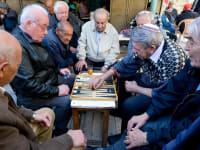 פנסיונרים משחקים שש-בש בשוק מחנה יהודה בירושלים / צילום: Shutterstock