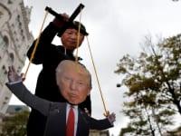 מפגין בוושינגטון מחופש לנשיא סין, שי ג'ינגפינגג ומשחק במריונטה של הנשיא דונלד טראמפ, אוקטובר. ב־2028 סין תחלוף על פני ארה״ב, ותהפוך לכלכלה הגדולה בעולם / צילום: Reuters, CARLOS BARRIA