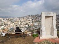 צעירה ערביה-ישראלית צופה על העיר אום אל פאחם / צילום: Associated Press, Oded Balilty