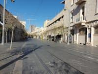 רחוב יפו בירושלים. מי ששרד גלי פיגועים ועבודות רכבת קלה, לומד להסתגל גם עכשיו / צילום: עמירם ברקת