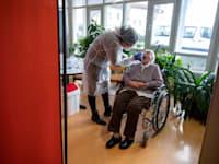 בדיקת קורונה שגרתית בבית אבות בטובינגאן בגרמניה / צילום: Associated Press, Sebastian Gollnow