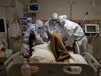 צוות רפואי בבית חולים בהודו מטפל בחולה קורונה בחודש מאי / צילום: Associated Press, Danish Siddiqui