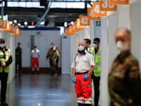 מרכז החיסונים היחיד בברלין. בבוקר היום השלישי למבצע היו רק שלושה אנשים בתור / צילום: Reuters