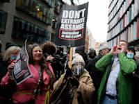מפגינים נגד הסגרת ג'וליאן אסאנג' חוגגים / צילום: Associated Press, Kirsty Wigglesworth