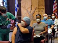 """אנשי הצוות הרפואי של """"מרכז השיקום העברי"""" בבוסטון / צילום: Associated Press, Elise Amendola"""