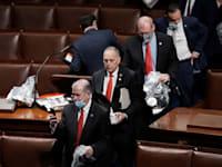 חברי בית הנבחרים עוזבים את האולם לאחר שתומכי טראמפ ניסו לפרוץ פנימה / צילום: Associated Press, J. Scott Applewhite