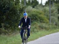 ראש ממשלת בריטניה בוריס ג'ונסון מדווש בפארק ביולי 2020 / צילום: Reuters, Rui Vieira/Pool