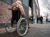 קשישה ממתינה בקור לחיסון נגד הקורונה, ברלין, בשבוע שעבר / צילום: Associated Press, Christophe Gateau