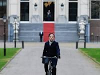 ראש ממשלת הולנד עוזב את הארמון המלכותי בהאג לאחר התפטרותו / צילום: Reuters, Piroschka van de Wouw