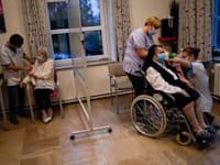 אחיות מחסנות בבית אבות בבלגיה בחיסון של פייזר / צילום: Associated Press, Francisco Seco
