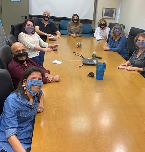 ישיבה עם מסכות נגישות ושקופות במשרד להגנת הסביבה / צילום: נג'וא רחאל