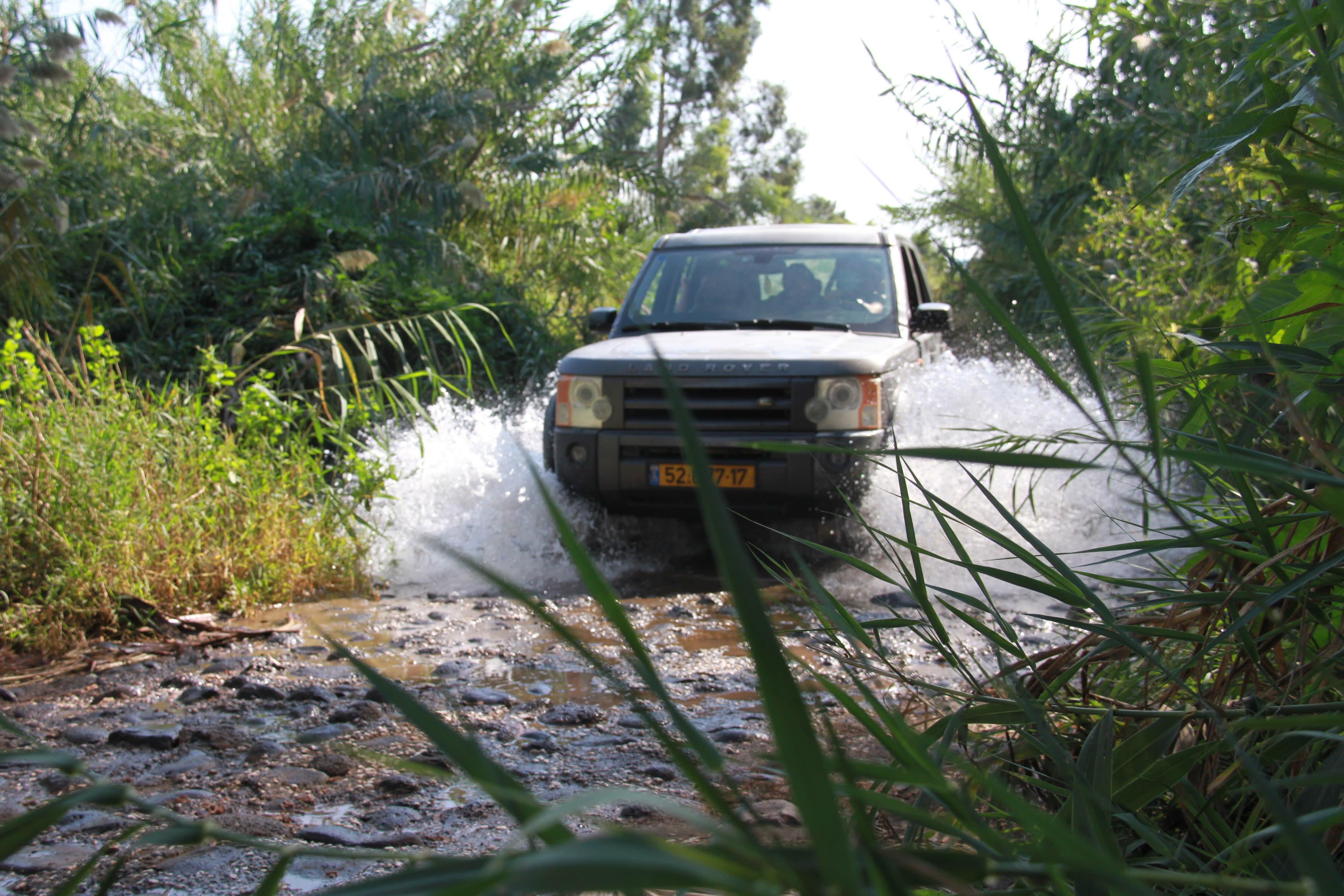 השטח מנקז 15 נחלים. ואפשר לטייל בהם גם בג'יפים מודרכים בנהיגה עצמית / צילום: אורלי גינוסר