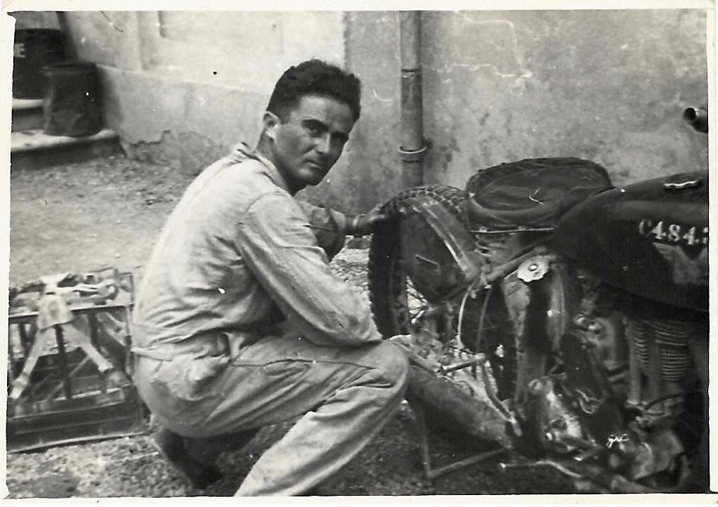 """אלימלך קרסניינסקי. """"מתקן פנצ'ר"""", הוא כתב על גב התמונה. צולמה חודש וחצי לאחר סיום מלחמת העולם השנייה, בוואלג'יו, צפון איטליה. אבא רכב על אופנועים ונהג משאיות צבאיות  בשדות קרב 30 שנה / צילום: תמונה פרטית"""