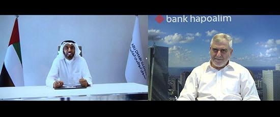 """מנכ""""ל בנק הפועלים דב קוטלר ומנכ""""ל הרשות המפקחת של השוק העולמי של אבו-דאבי דהאר בן דהאר במעמד החתימה על מזכר ההבנות בין בנק הפועלים לשוק העולמי של אבו דאבי / צילום: דוברות בנק הפועלים"""