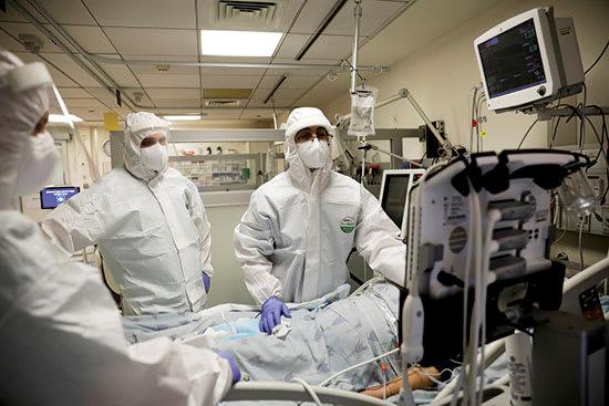 מחלקת קורונה בבית החולים איכילוב. ״אנשים מתחילים להבין שמדובר במלחמת התשה מתמשכת״ / צילום: Reuters, RONEN ZVULUN