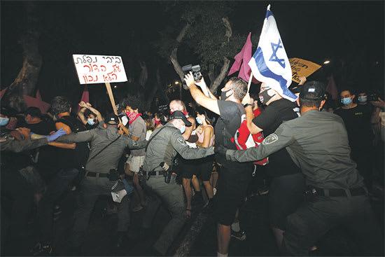 """שוטרי מג""""ב חוסמים מפגינים בת""""א. """"כל עם ישראל במחאה הזו"""" / צילום: Associated Press, Ariel Schalit"""