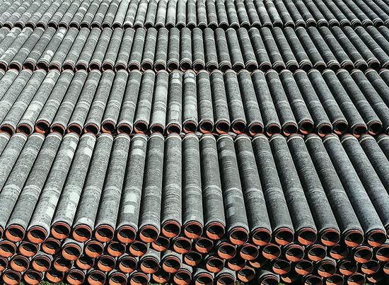 אלפי צינורות נורד סטרים 2 מונחים ללא שימוש במשך שנה בנמל בסאסניץ, גרמניה / צילום: Reuters, HANNIBAL HANSCHKE